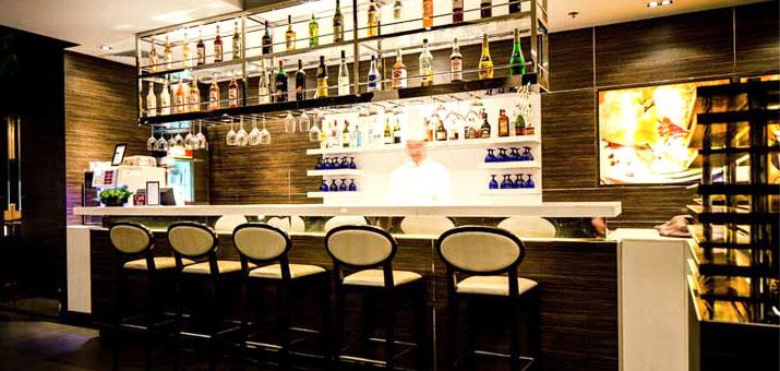 Bar in der Plaza Premium Lounge am Flughafen Hongkong